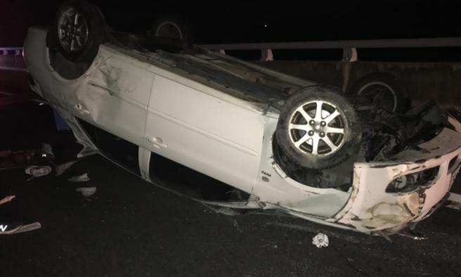 國道3田寮段凌晨自小客翻覆,駕駛躺車旁身亡。(圖/翻攝畫面)