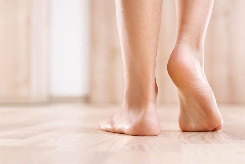 赤腳接地有助讓人體重新連結大自然,藉由導入電子進入粒線體並且強化粒腺體產能效率,是抵銷科技環境對細胞傷害最有效的方法。(示意圖/Shutterstock)