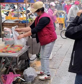 疑瓦斯氣爆 三峽祖師廟攤位突竄出火球 2人遭燒燙傷