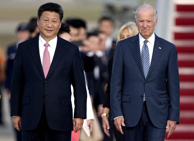 美國總統拜登表示,他與大陸國家主席習近平通電話持續兩個小時。圖為拜登與習近平2015年9月會面時的資料照。(資料照/美聯社)