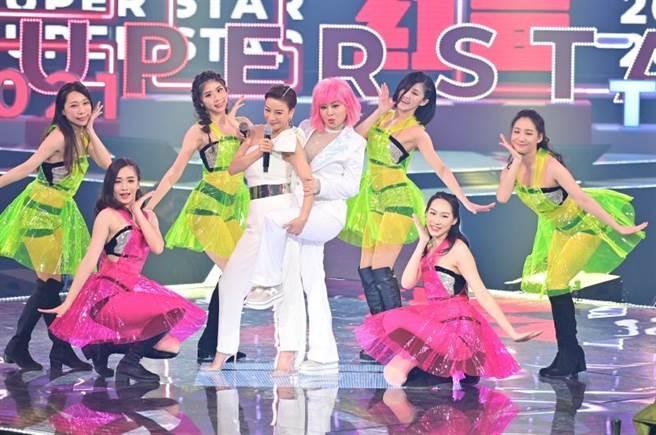 楊繡惠(左)和王彩樺合唱《姐姐妹妹站起來》。(圖/台視提供)