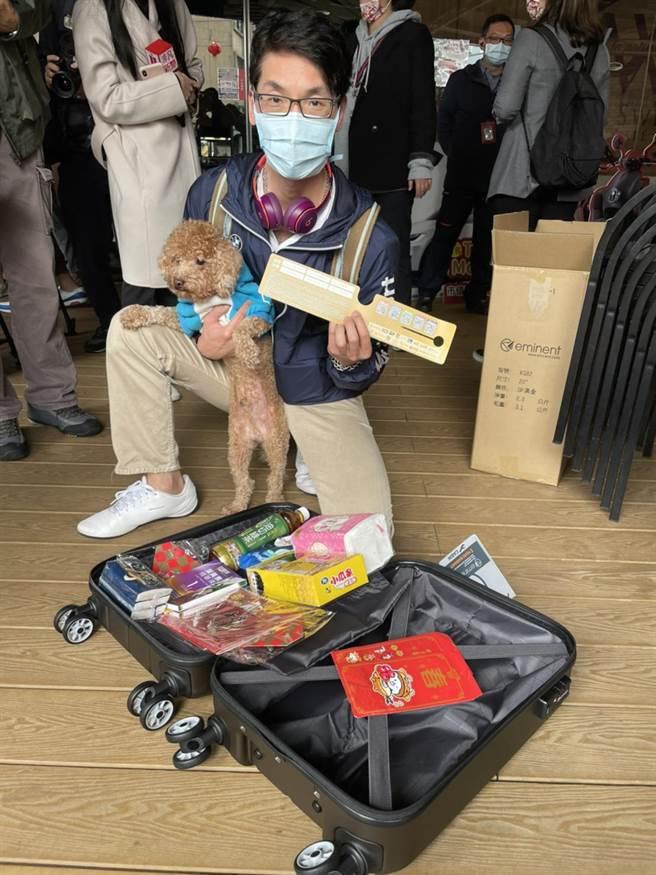 住三重的姜先生帶愛狗Lucky一起,果然超幸運。(郭家崴攝)
