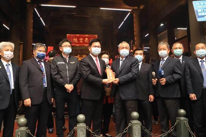 交通部長林佳龍連續17年,每年年初一到樂成宮團拜。(交通部提供/陳淑娥台中傳真)
