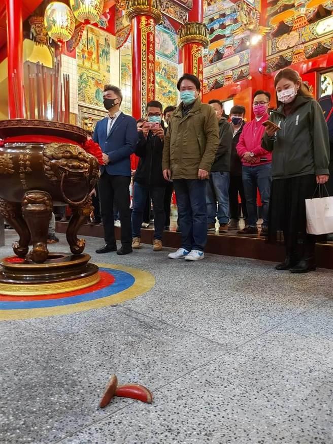 林右昌抽商運籤擲出立筊,暗示即將「牛」轉乾坤,廟方嘖嘖稱奇「從未見過」。(本報資料照片)