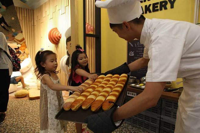 新北觀光工廠聖瑪莉丹麥麵包莊園提供免費試吃美味麵包,春節商品更提供2件88折優惠價。(新北市經發局提供/許哲瑗新北傳真)
