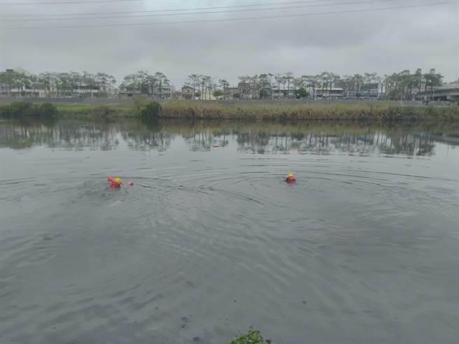 南市一名女子因不明原因落水,警消救起時已無生命跡象。(莊曜聰傳真)