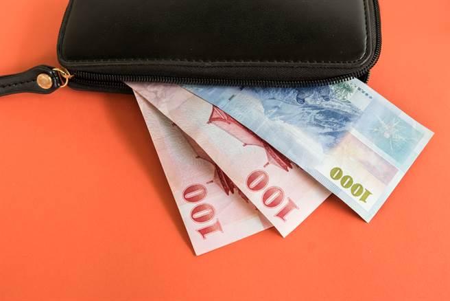 一位台北外食女透露2天就能用完一张千元大钞,引起网友热议。(示意图/达志影像)