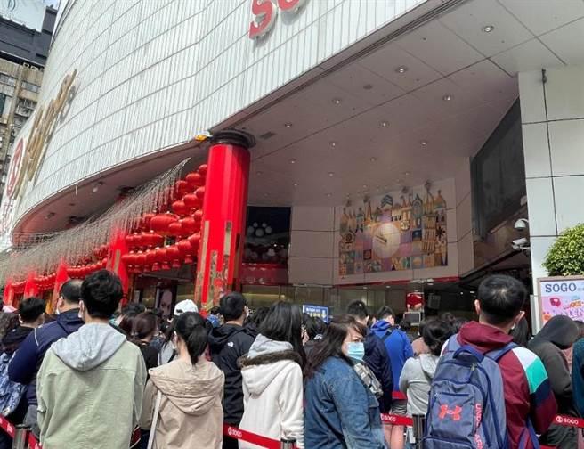 SOGO忠孝館和復興館11時開門前有超過6000人排隊。(郭家崴攝)