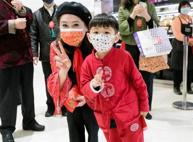 SOGO董事長黃晴雯(左)發紅包給入館的小朋友。(SOGO提供)
