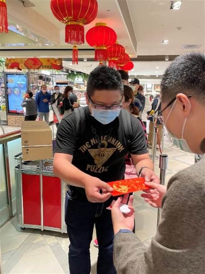 葉先生是SOGO福袋頭香王,他到8樓買家用/家電福袋,獲得1780元的果汁機。(郭家崴攝)