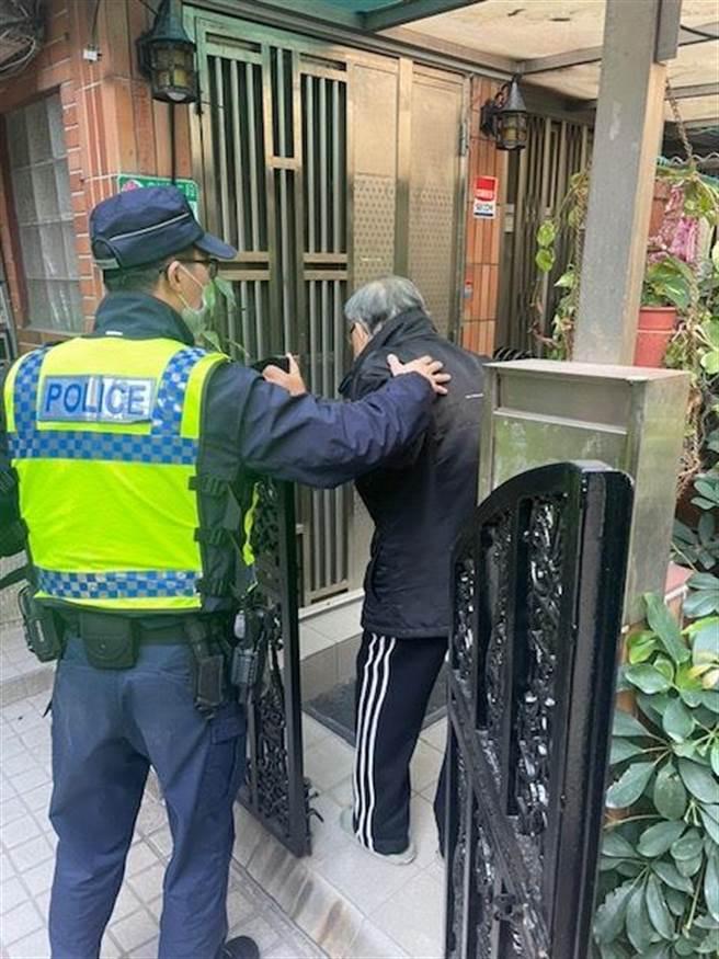 士林警分局蘭雅所員警協助90多歲老人返家。(圖:士林警分局提供)