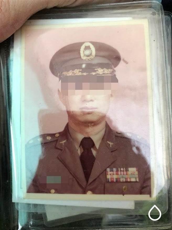 吳姓老翁曾經在國軍擔任上校職位,退休後懷疑戰備口糧遭竊,員警日前在路邊發現他迷路協助返家。(圖:士林警分局提供)