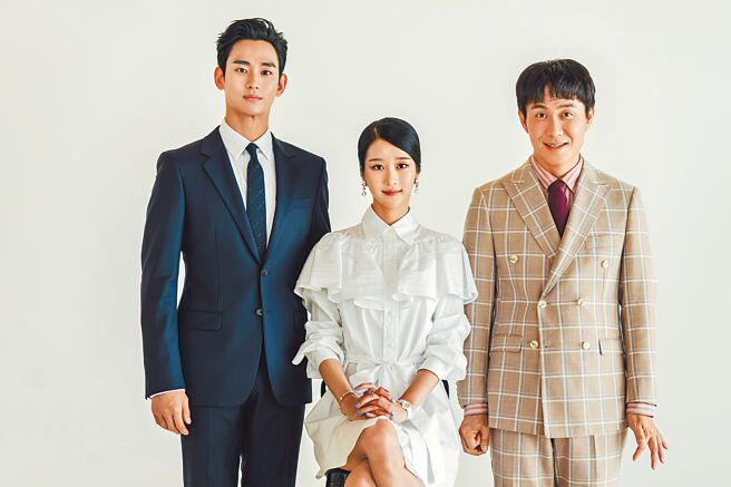 金秀賢(左起)、徐睿知和吳正世在《精神病》中互相療傷,3人一起成長的故事治癒觀眾心。(Netflix提供)