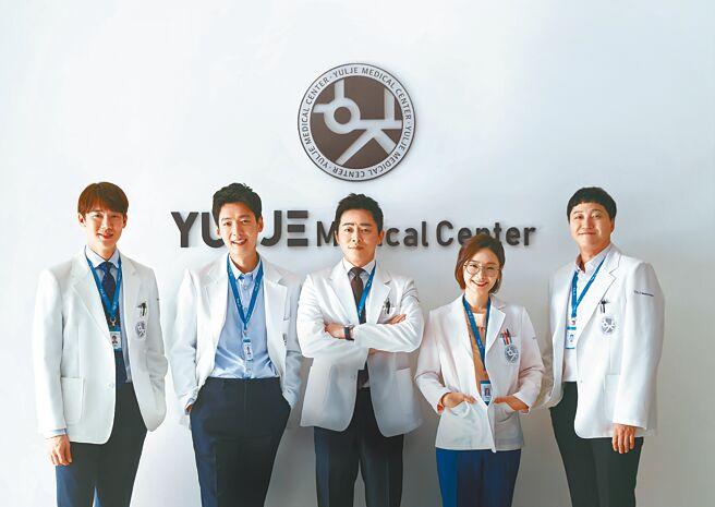 《機智醫生生活》5人幫柳演錫(左起)、鄭敬淏、曹政奭、田美都、金大明之間的友誼,令觀眾稱羨。(Netflix提供)
