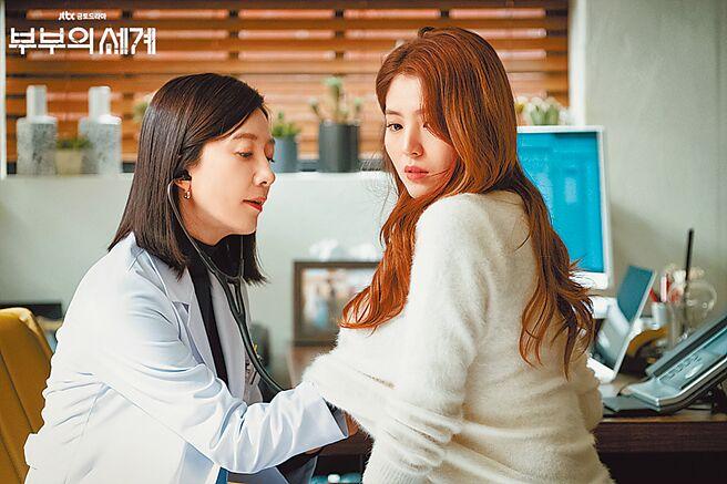 韓素希(右)因《夫婦的世界》暴紅,劇中狂挑釁正宮金喜愛。(摘自JTBC官網)
