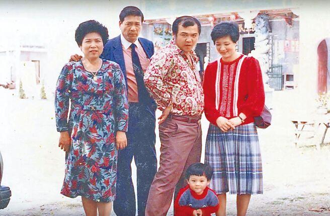 鄭人碩(前)小時候常被媽媽打扮成女生,圖為他和爸爸、媽媽、爺爺、奶奶合照。(鄭人碩提供)