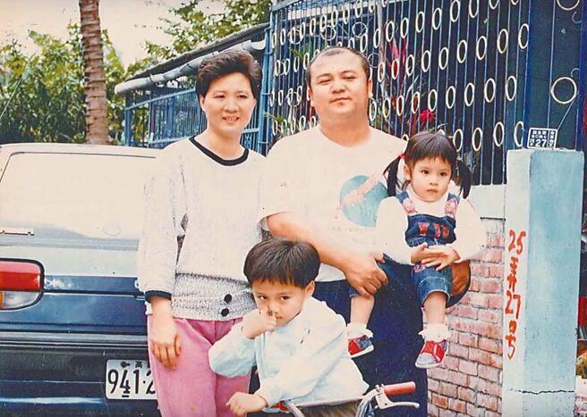 鄭人碩(前)小時和爸爸、媽媽、妹妹合照,難忘爸爸生性幽默海派。(鄭人碩提供)