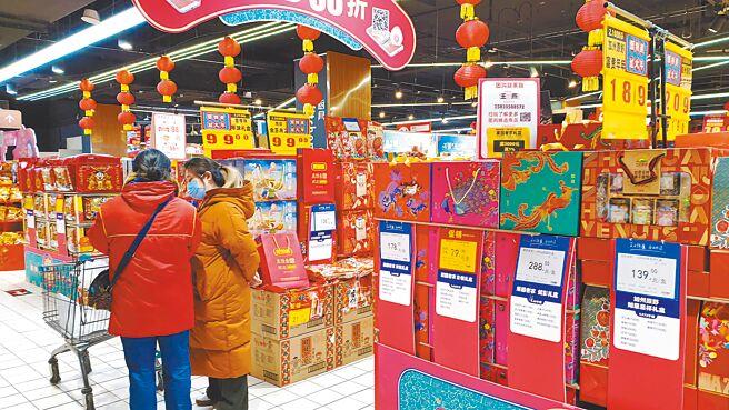 返台成本太高,許多台青今年選擇留在大陸過年。圖為民眾在北京的超市內選購年節商品。(藍孝威攝)