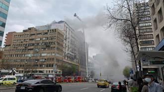 北市忠孝东路大楼失火浓烟窜天 28台消防救护车急救援