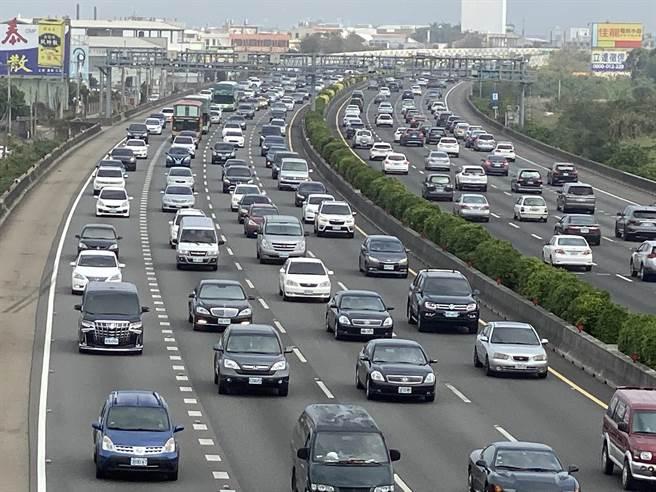 國道一號南北雙向下午1點起實施高乘載管制,一早至中午出現大量車潮,走走走停停、小事故不斷。(謝瓊雲攝)
