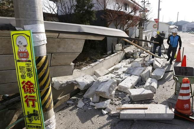 日本福島外海7.3強震 逾百人受傷新幹線停駛。(圖/路透)