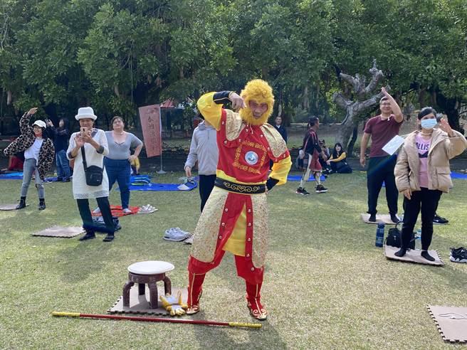 14日南投遊樂園舉辦的發呆大賽,有民眾巧扮成孫悟空美猴王,精心打扮吸睛,展現十足創意,最終也順利獲得第三名。(黃立杰攝)