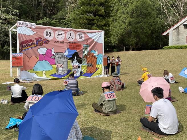 南投縣泰雅渡假村大年初三舉辦發呆大賽,冠軍將可拿到8888元獎金大紅包。(黃立杰攝)