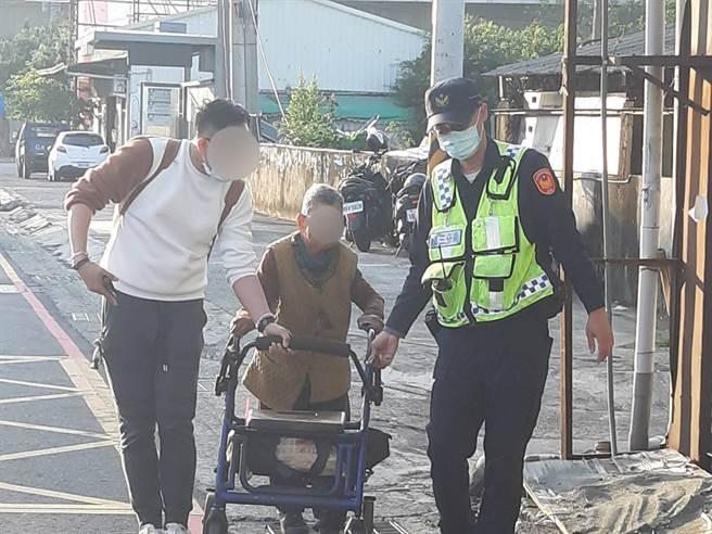 老婦迷途枯站分隔島,台中市警察局第三分局合作派出所員警協助查出身分、住家地址,貼心伴老婦返家。(民眾提供/盧金足台中傳真)