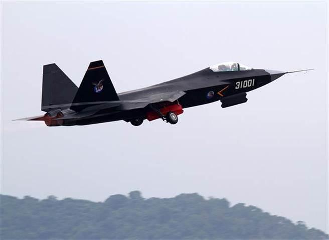 美方指控大陸透過下游轉包商竊取洛馬的F-35技術,從而建造自己的J-31。圖為J-31於珠海進行訓練。(圖/中新社)
