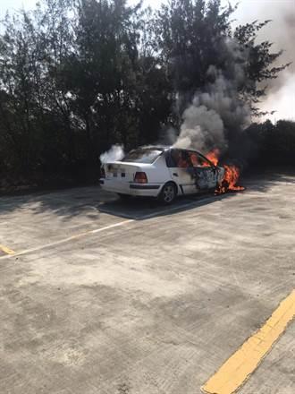 台南納骨塔旁火燒車 撲滅火勢赫見兩焦屍