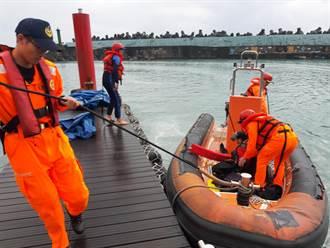 石梯坪釣客失足落海 身著救生衣救回一命