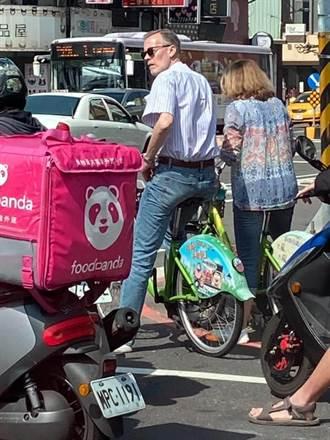 AIT處長酈英傑疑現蹤台南騎單車 黃偉哲笑回:記得點全糖去冰