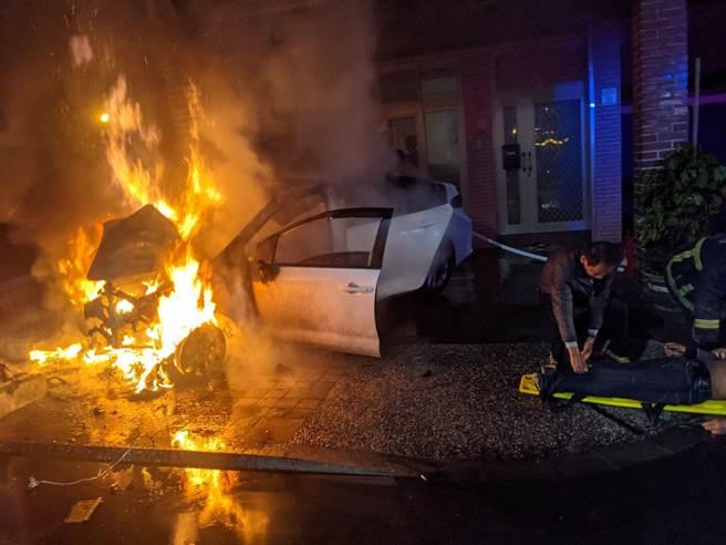 庄姓男子驾车疑因失控撞上民宅及路牌,车辆因此起火燃烧。(翻摄照片/李忠一宜兰传真)