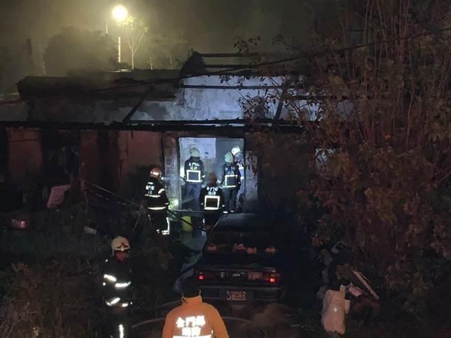 金门建华新村今(15)日半夜发生一起住宅火警,所幸现场无人受困,但仍让邻近住家饱受一场虚惊之一。(金门县消防局提供)