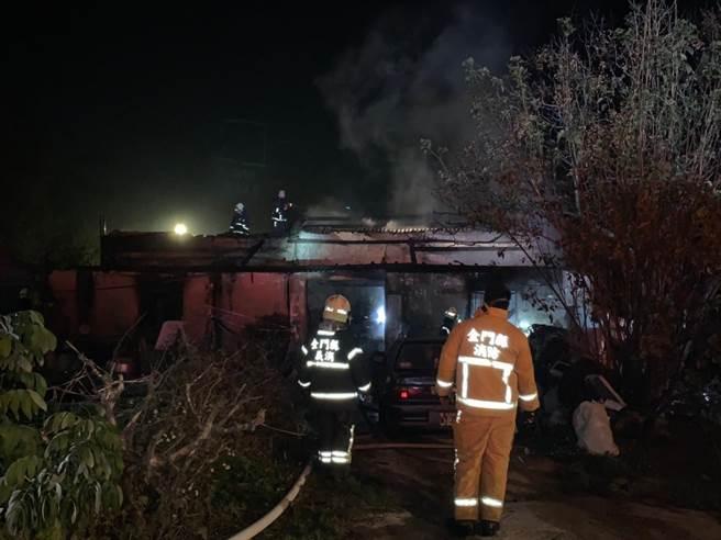 金门建华新村今(15)日半夜发生一起住宅火警,所幸现场无人受困,但仍让邻近住家饱受一场虚惊之二。(金门县消防局提供)