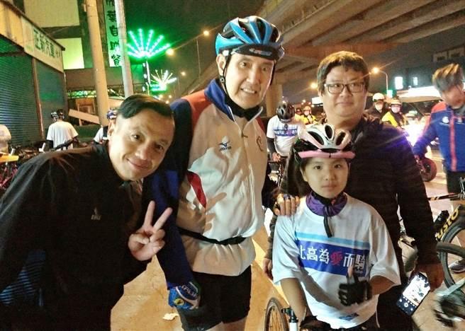 前總統馬英九(中)、國民黨台北市議員李明賢(左)、陳炫燁小妹妹(右)。(圖/取自馬英九臉書)
