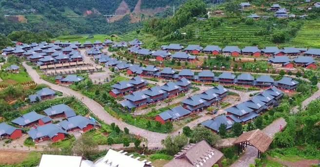 被稱為「中國最後一個原始部落」的雲南佤族翁丁村昨天傍晚發生火災,由於村中幾乎都是草房,火勢迅速蔓延。大火撲滅後,105棟房屋現在只剩下4棟。(圖/微博)