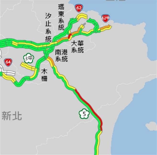 春節返鄉車潮。國5北上最新即時路況顯示,國5北上主線雪隧回堵4.5公里,時速不到40公里。(摘自高公局1968)