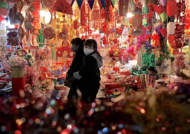 越南河内市场的年节气氛。(美联社)