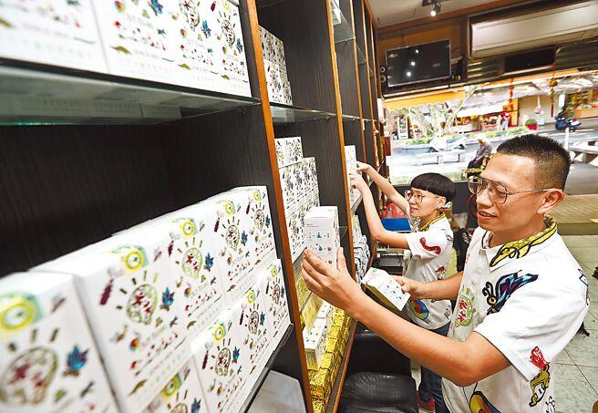 李昌峻與妻子洪佳玉一起在整理店內的有機碧螺春綠茶等各式有機茶產品。
