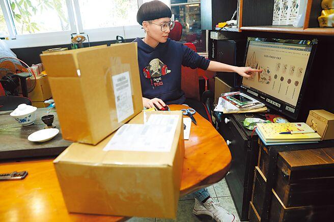 一改傳統經營模式,李昌峻與洪佳玉主動出擊在網路販售、行銷店內的有機碧螺春等茶葉,太太處理網路訂單,先生包裝商品出貨。