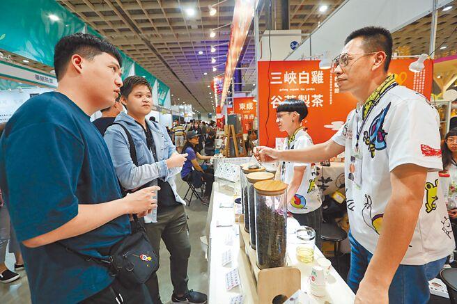 透過國內、外參展的機會,李昌峻與洪佳玉向消費者介紹茶葉及宣傳有機理念。