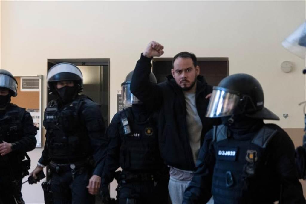 西班牙嘻哈歌手帕伯罗·哈塞尔在大学里被警方逮捕。图/路透(photo:ChinaTimes)