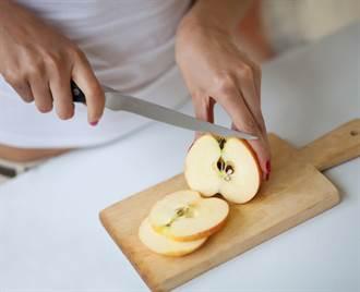 人妻切蘋果見半透明黃色紋路想削掉 網急勸阻:這是極品