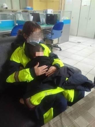 金門2歲幼童走失哭鬧  警方扮保母換尿布安撫
