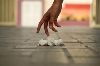 摩鐵女房務徒手撿衛生紙 回神驚覺濃稠厚味液體流滿手
