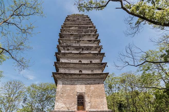 白塔又稱三江雁塔、三江宋塔,始建於南宋,有800多年的歷史,經過汶川大地震後,仍然屹立不搖,也讓不少人驚呼。(示意圖/達志影像)