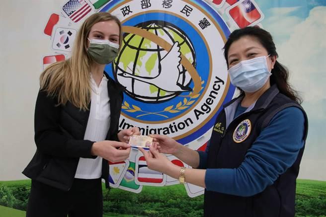 莫彩曦(左)申獲「就業金卡」,實現長住台灣的願望。(圖:移民署提供)