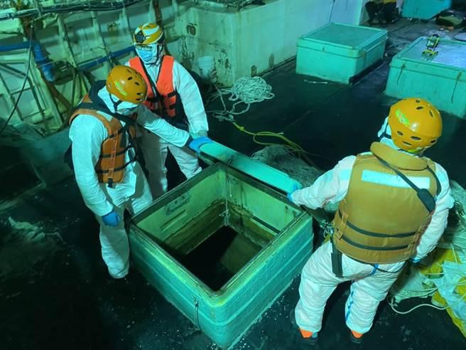 海巡幹員在蒙古籍漁船上查扣大批香菸。(海巡提供)