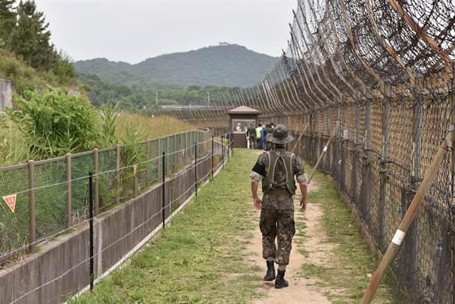 南韓軍方今天上午在江原道東部軍事禁區檢查站一帶發現一名身分不明者,初步調查為來自北韓的20多歲男子,他已表達投奔南韓的意願。(示意圖/shutterstock)
